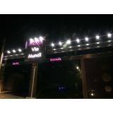 fachada de hotel luminoso