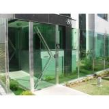 fachada de vidro com inox