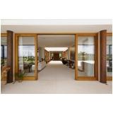 fachada de vidro com madeira