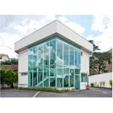 fachada de vidro temperado verde