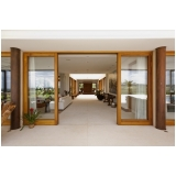 fachadas de vidro com madeira Louveira